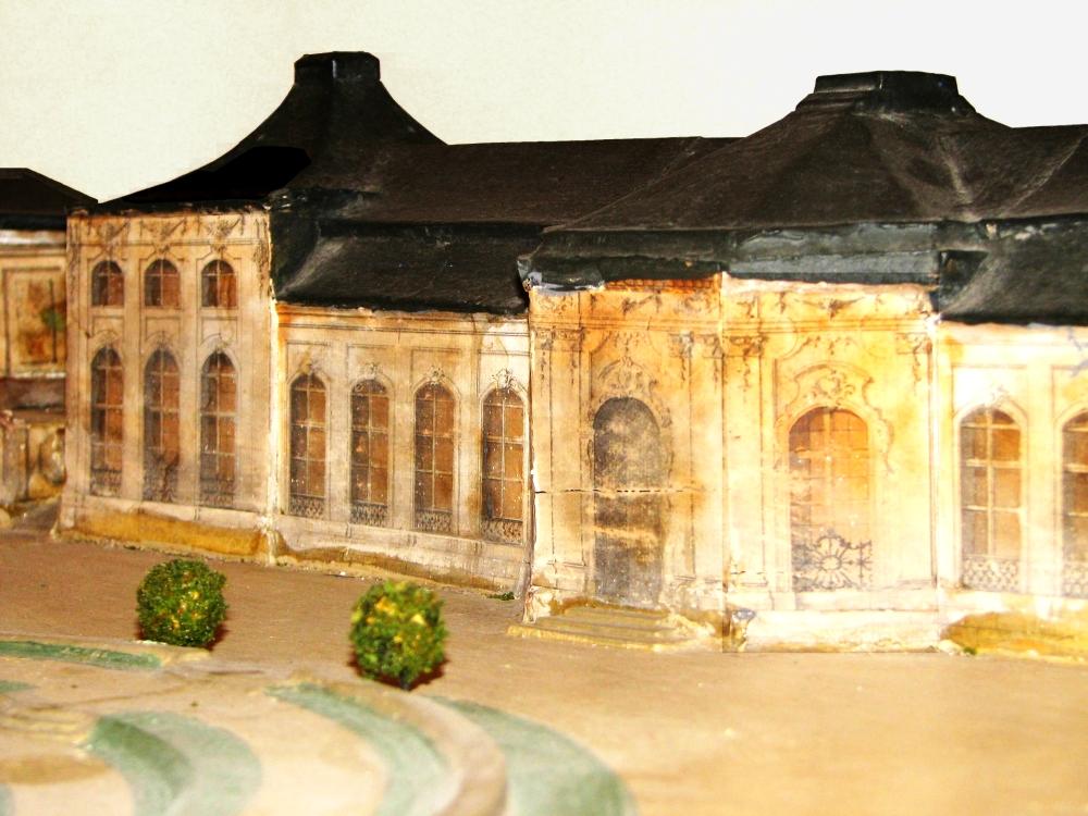 """Im Bestand des Museums für Regionalgeschichte und Volkskunde Gotha befindet sich das 1748 von Gottfried Heinrich Krohne geschaffene hölzerne und bemalte Modell der Orangerie. Am """"Lorbeer-"""" und """"Orangenhaus"""" (im Bild) sind noch die ursprünglich reichen barocken Fassadenverzierungen zu erkennen. (Foto: Cramer)"""