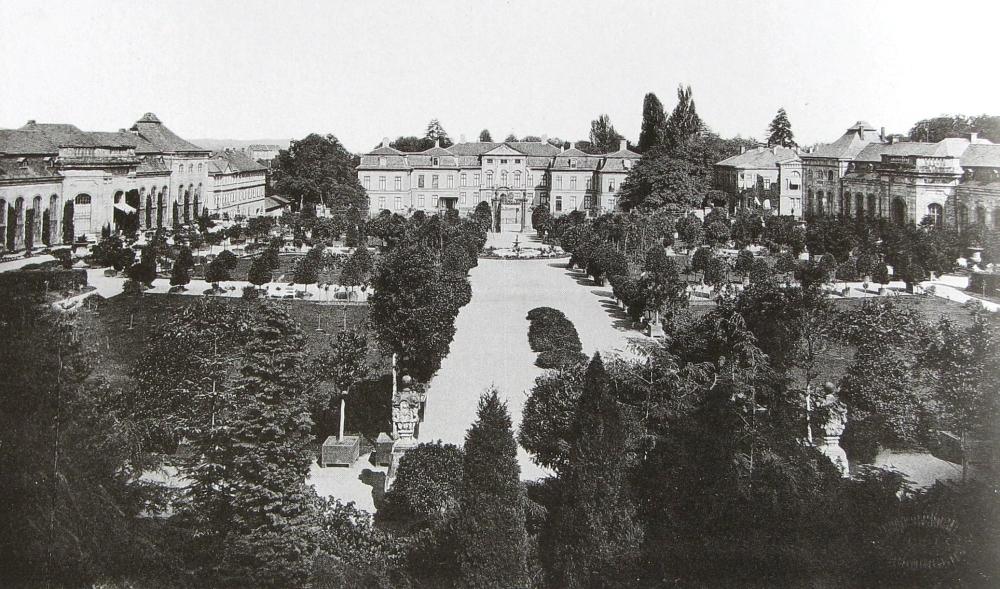 Im Laufe ihres Bestehens wurde die Gartenanlage der Orangerie immer wieder verändert. Diese um 1900 entstandene Aufnahme zeigt sehr schön die seinerzeit noch sehr breite, auf das Schloss Friedrichsthal zulaufende Mittelachse. Beeindruckend ist der reiche Bestand vor allem an großen Bäumen und Kübelpflanzen. (Foto: MRV)