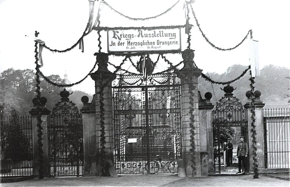 """Noch war die Begeisterung für den Ersten Weltkrieg groß: Für die """"Deutsche Kriegs-Ausstellung für Thüringen"""" zugunsten des Roten Kreuzes wurde das Eingangsportal der Orangerie festlich geschmückt. (Foto: MRV)"""