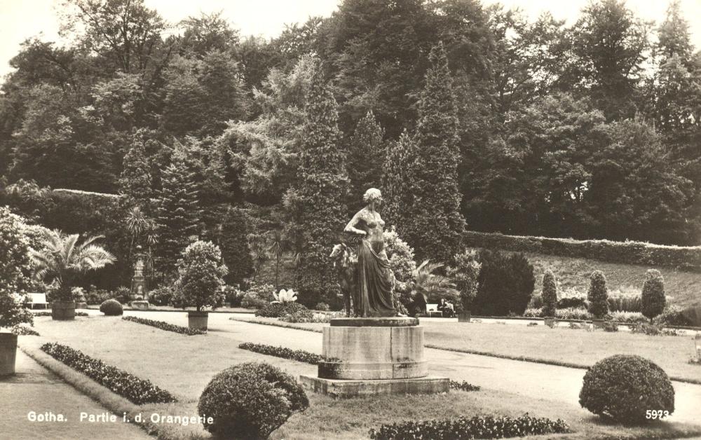 Im Jahre 1919 wurde auf der in der Mittelachse befindlichen Rasenfläche der Orangerie die überlebensgroße Bronzeplastik einer Diana mit Hund auf ovalem Kalksteinsockel aufgestellt. (Foto: Altstadtverein)