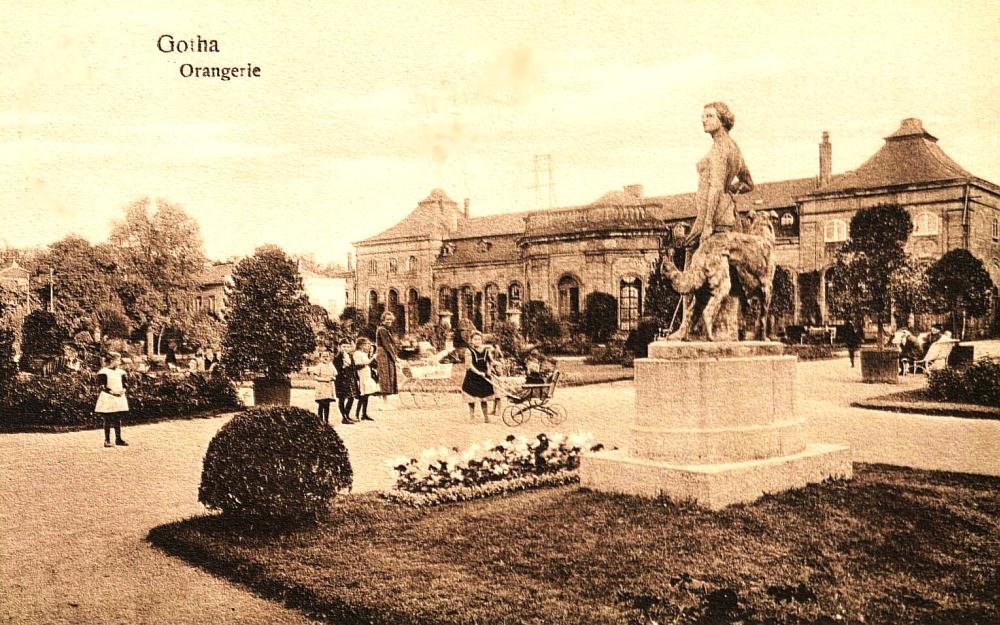 """Die Diana vor dem Hintergrund des """"Lorbeerhauses"""". Bereits 1931 wurde die Figurengruppe wieder entfernt. Ihr weiteres Schicksal ist bislang unbekannt, doch es ist wahrscheinlich, dass sie während des Zweiten Weltkriegs für Rüstungszwecke eingeschmolzen wurde. (Foto: Altstadtverein)"""