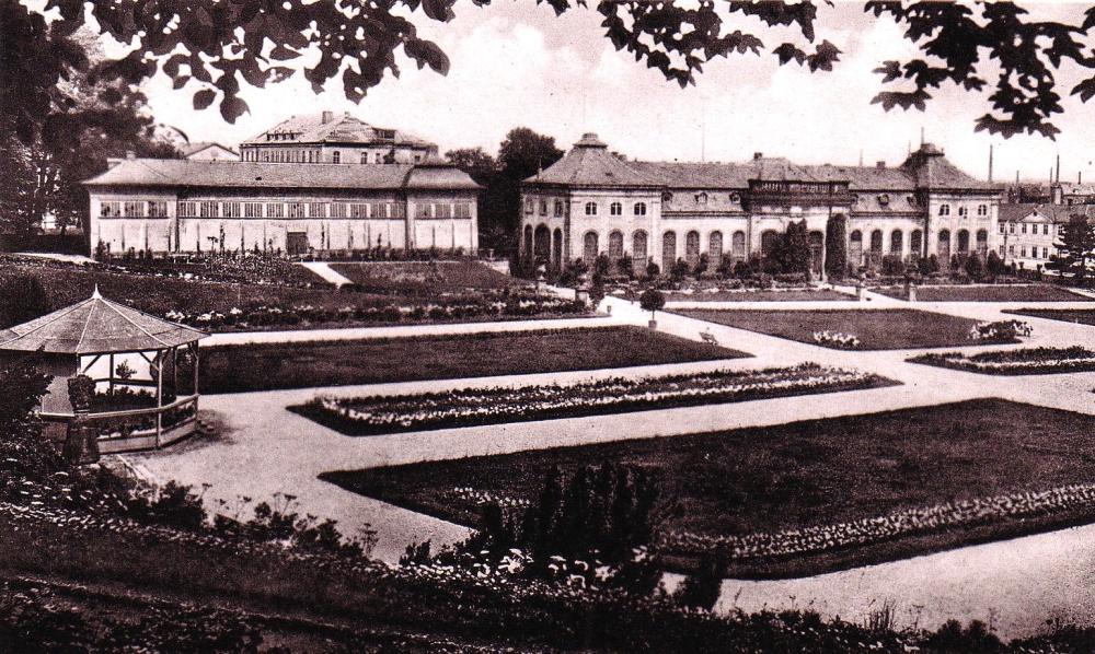 Nach nur neun Jahren musste das FEA-Denkmal dem Bau eines hölzernen Musikpavillons (links) weichen. Deutlich zu sehen ist auf dieser Aufnahme, dass bereits damals vom einst beachtlichen Bestand an Orangeriepflanzen so gut wie nichts mehr vorhanden war. (Foto: MRV)