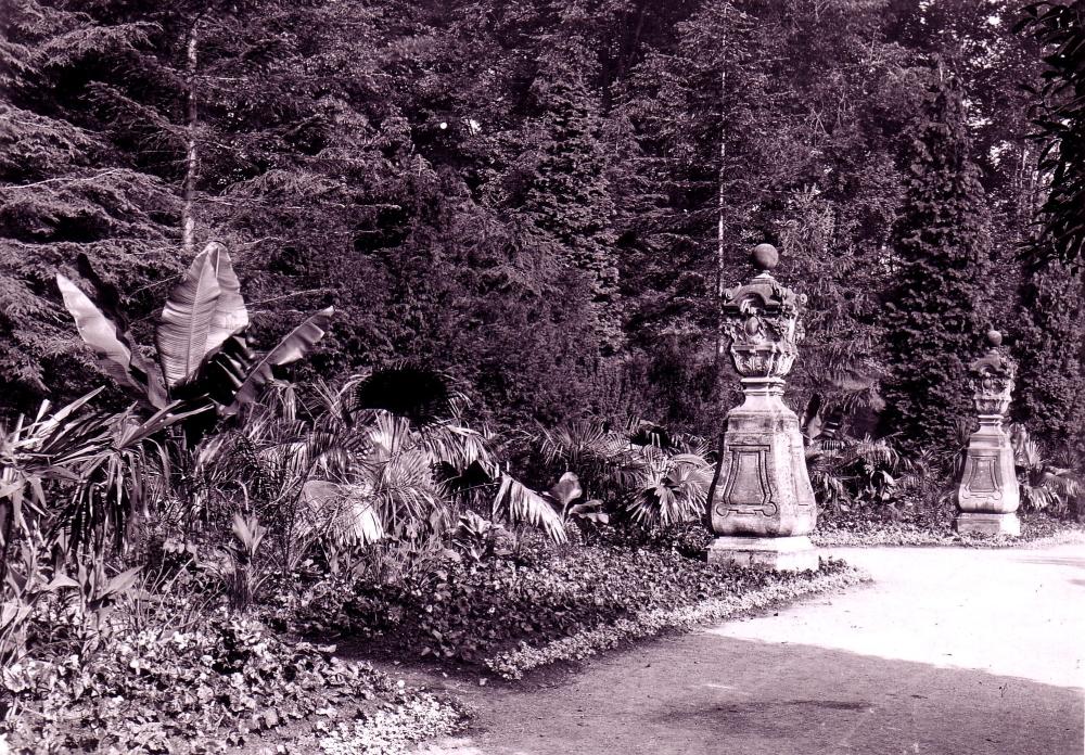 """Die zwei einst am westlichen Ende der Orangerie stehenden barocken Biedermann-Vasen verschwanden nach Kriegsende spurlos. Es wird vermutet, dass sie (da wahrscheinlich beim Bombenangriff 1944 beschädigt, bzw. zerstört) als """"Bauschutt"""" bei der Auffüllung des Feuerlöschbeckens um das Denkmal Ernsts des Frommen endeten. (Foto: MRV)"""