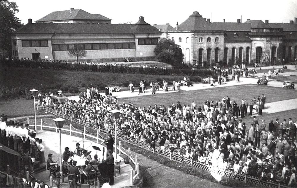 """Die Orangerie im Wandel: Wo einst im westlichen Halbrund die barocken Steinvasen, das FEA-Kriegerdenkmal und später der Musikpavillon standen, wurde 1954 eine ovale Spiel- und Tanzfläche gebaut, die der goth'sche Volksmund ebenso respektlos wie treffend """"Salzmann-Ei"""" benannte. (Foto: MRV)"""