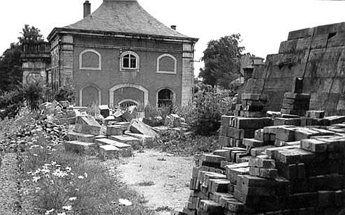 """Noch im April 1955 hieß es, dass die im Krieg beschädigten südlichen Orangeriegebäude """"in der alten Weise"""" wiederhergestellt würden. Das durchaus sanierbare Treibhaus wurde abgebrochen; der bereits geplante Neubau jedoch nicht ausgeführt. (Foto: MRV)"""