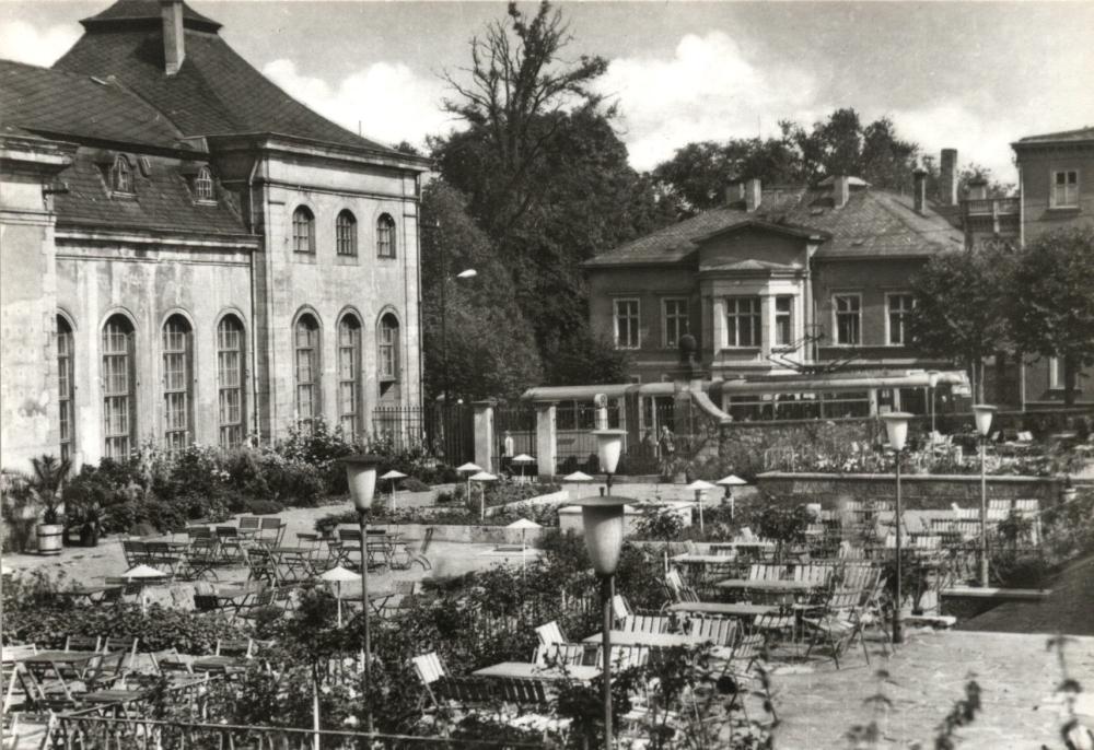"""Wo einst hinter dem """"Lorbeerhaus"""" gläserne Gewächshäuser zur Aufzucht von Pflanzen standen, wurde 1963 ein Kaffeegarten mit Terrasse als Ergänzung des """"Orangerie-Cafés"""" eingerichtet. (Foto: Altstadtverein)"""