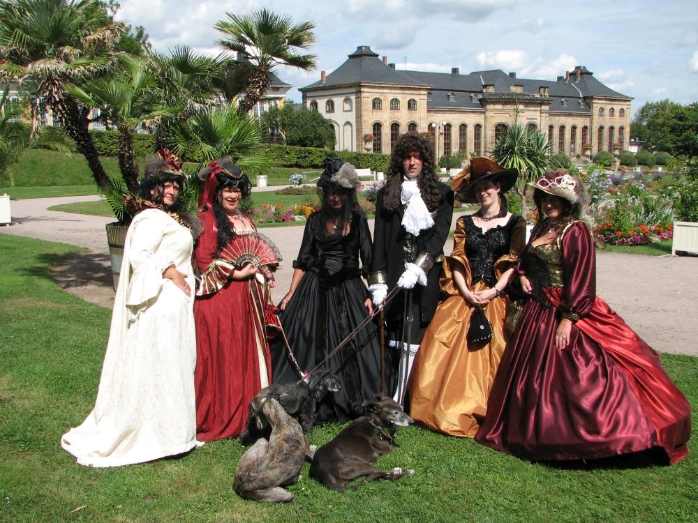 Immer wieder ein optischer Genuss: Im Rahmen des Barockfestes geben zahlreiche kostümierte Darsteller der blühenden Orangerie ein ganz besonderes Flair. (Foto: Cramer)