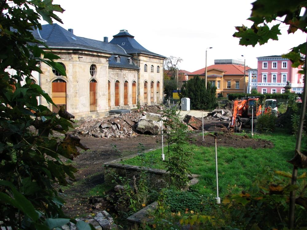 """Im September 2007 wurde damit begonnen, die Terrassen und den Versorgungskiosk des 1963 angelegten und 1986 geschlossenen Kaffeegartens des ehemaligen HO-""""Orangerie-Cafés"""" auf der Südseite des """"Lorbeerhauses"""" zu beseitigen, um Platz für die anstehenden Bauarbeiten zu schaffen. (Foto: Cramer)"""
