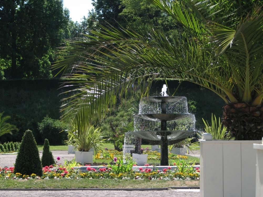 Nach ihrer Sanierung wurden der Metallbrunnen sowie das marmorne Brunnenbecken der Orangerie wieder an ihrem angestammten Platz in der Mittelachse der Orangerie aufgebaut. (Foto: Cramer)